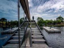 Met sleepboot en al: drijvend terras meert in de Piushaven aan