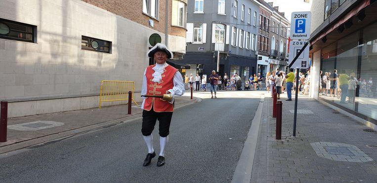 De belleman mocht de processie openen.