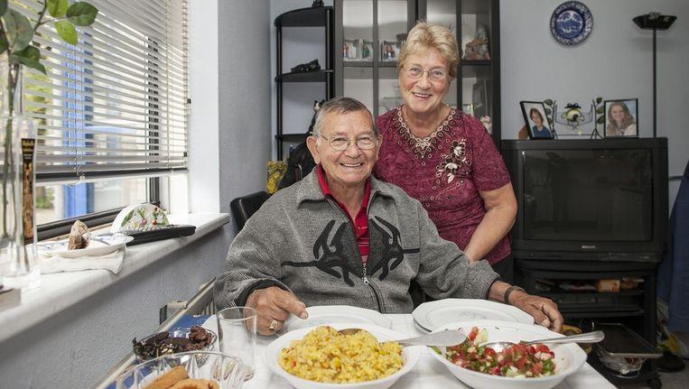 Ali maakte de salata en Wilna de kip met groenten. Beeld Het Parool/Marc Driessen