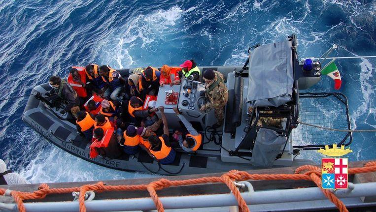 De Italianen redden vorige week een boot met 233 vluchtelingen Beeld epa