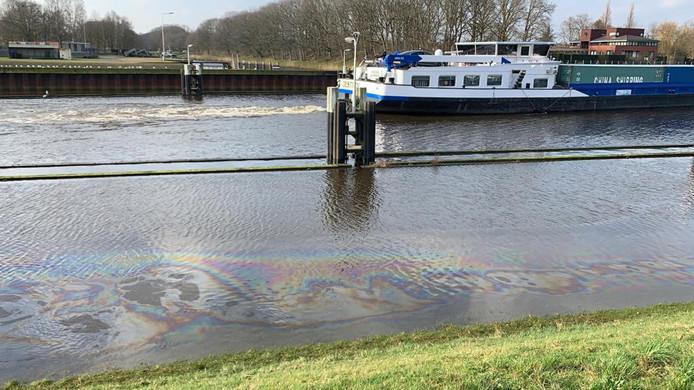 Oliespoor in in de Korenbocht van het Wilhelminakanaal bij Oosterhout. Het oliespoor is enkele honderden meters lang.