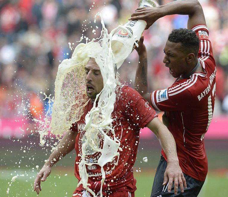 Jerome Boateng geeft Franck Ribéry een bierdouche. (Bayern München, 2013) Beeld afp