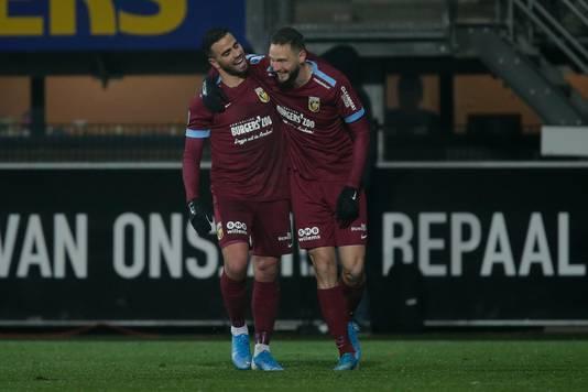 Oussama Tannane en Tim Matavz vieren de tweede treffer van Vitesse tegen Heracles.