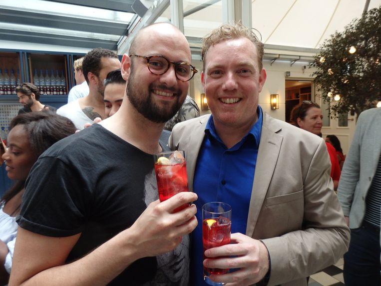 Organisator Vincent van Dijk (r) en Eduard van Dijk, zijn partner. 'Met iets meer liefde kijken!' Beeld Schuim