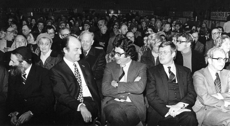 Aantjes (tweede van links) en Wiegel (tweede van rechts) in 1975. Beeld anp