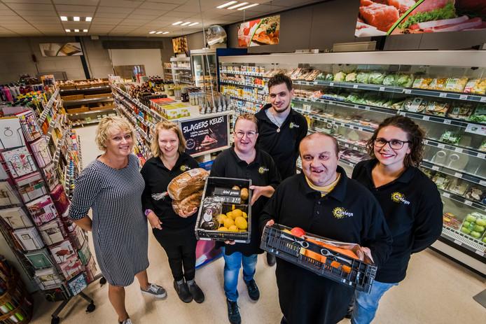 In de supermarkt Sindron van Aveleijn, met vlnr manager Joyce van Rees, medewerkers Anne Kok, Monique, Hidde, Allah en begeleidster Nikki Westerhof.