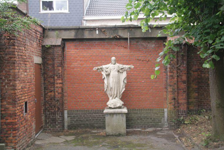 Het standbeeld van Jezus zal wijken voor een toegang tot de buurttuin, maar het beeld krijgt nadien wel een plek op de site.
