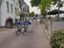 Opstootje na afzetten van weg bij Waalkade met fietsenrekken