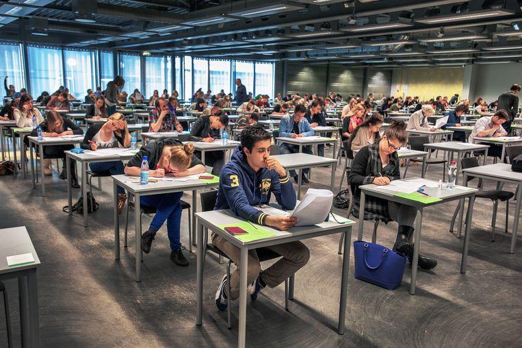 Scholieren doen mee aan de decentrale selectie van de rechtenopleidingen aan de Universiteit van Amsterdam. Beeld Raymond Rutting / de Volkskrant