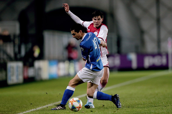FC Den Bosch-verdediger Declan Lambert dwarsboomt Jurgen Ekkelenkamp.
