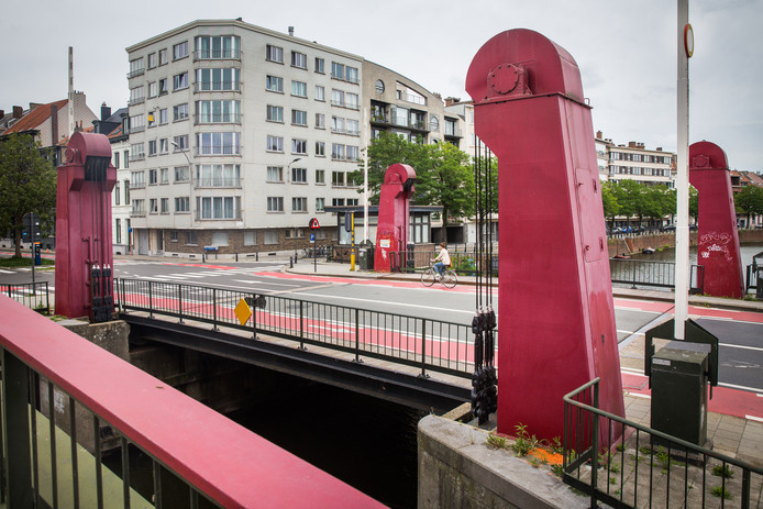 De Lousbergbrug met rode pijlers