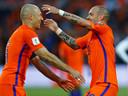 Arjen Robben en Wesley Sneijder vieren een treffer in de wedstrijd tegen Luxemburg.