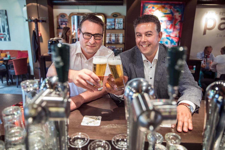 Richard de Mos (links) en Rachid Guernaoui klinken op de vorming van het Haagse college in mei 2018. Beide wethouders worden nu verdacht van ambtelijke corruptie.