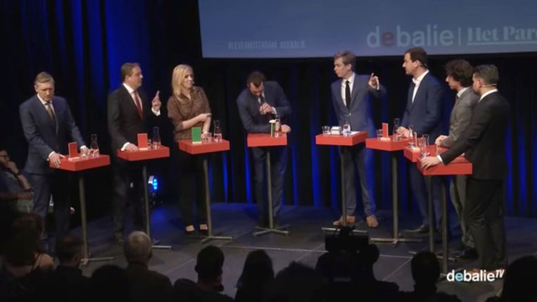Baudet inspecteert zijn waterglas.  Beeld Screenshot van het Parooldebat.