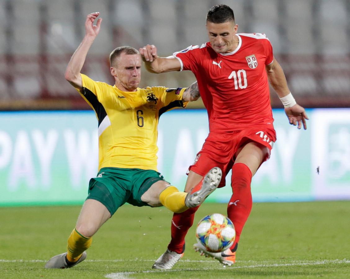 Dusan Tadic aan de bal namens Servië.