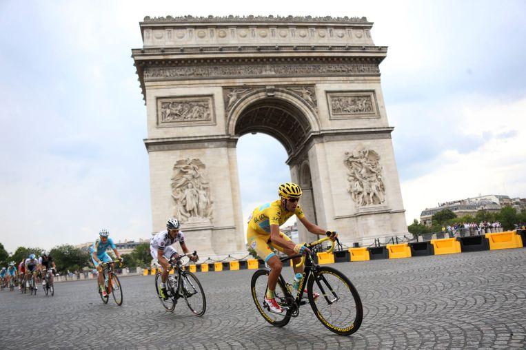 De Italiaan Vincenzo Nibali (in geel) rijdt voor Astana tijdens de Tour de France. Beeld getty