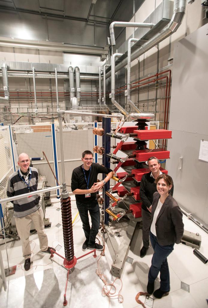 Onderzoekers Wilfred Hoeben, Tom Huiskamp, Jan van Dijk en Ana Sobota bij de bliksemgenerator in het hoogspanningslaboratorium van de TU/e.