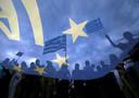 Pro-Euro demonstranten voor het parlementsgebouw in Athene op 30 juni 2015.