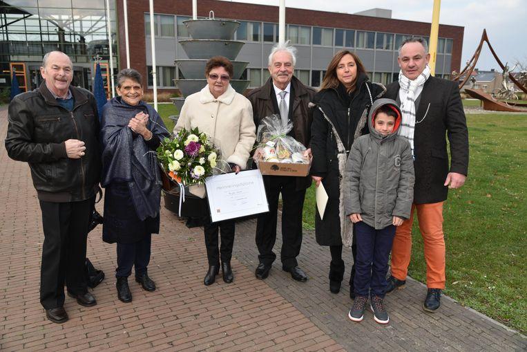De jubilarissen en de familie werden op het gemeentehuis ontvangen.