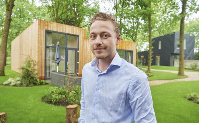 Charles Veerkamp bij de twee modelwoningen in Schaijk. De eerste huisjes zijn inmiddels verkocht.