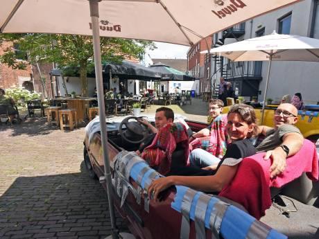 Café in Terneuzen zet sloopauto's op terras, zodat mensen toch met zijn vieren bij elkaar kunnen zitten