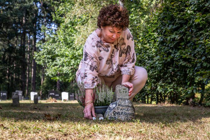 Ans Ewald bij het anonieme graf van haar overgrootmoeder Willemina, dat na jaren speurwerk alsnog is gevonden.