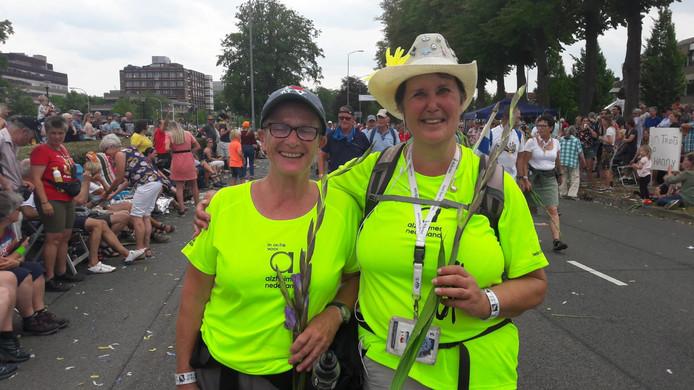 """Doortje Cornelisse en Wilma Coppoolse uit Middelburg. Wilma haalde 850 euro op voor de Alzheimer Stichting. Doortje krijgt haar gouden Vierdaagsekruis, omdat ze de Vierdaagse voor de 10e keer uitloopt. """"Ik doe het nooit meer! Maar dat zeg ik elk jaar."""""""