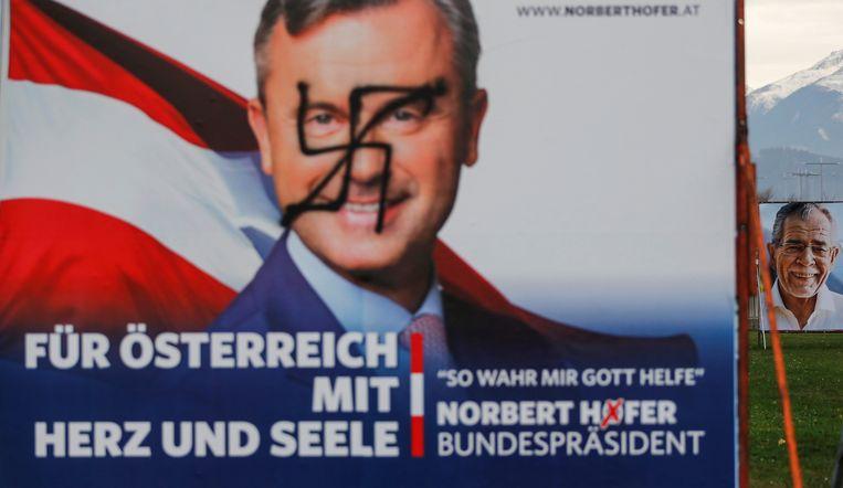 Nobert Hofer, voormalig extreemrechts presidentskandidaat, hier op een met een hakenkruis besmeurde verkiezingsposter, wordt minister van Infrastructuur.