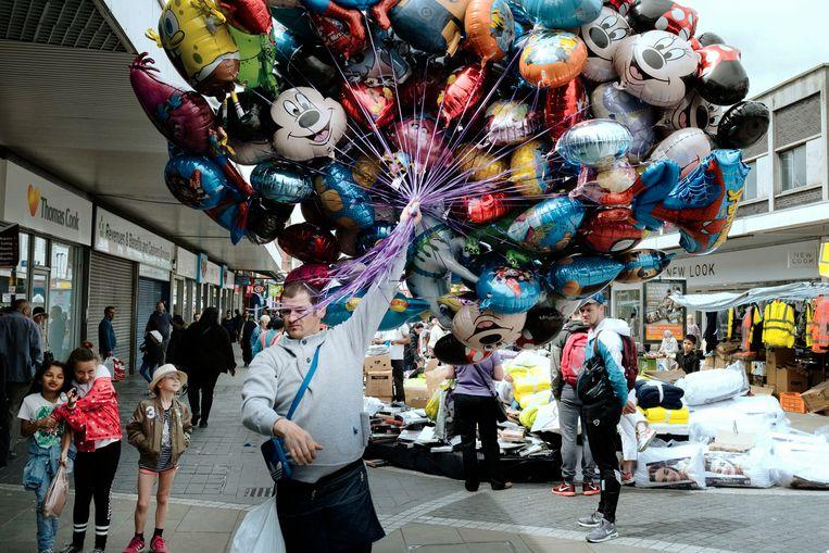 In West Bromwich slijt een Pool zijn ballonnen. Beeld Merlin Daleman