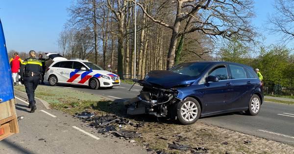 Vrouw gewond bij aanrijding in Putten, veel schade.