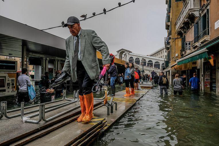 Provisorisch voetpad in Venetië.  Beeld Getty Images