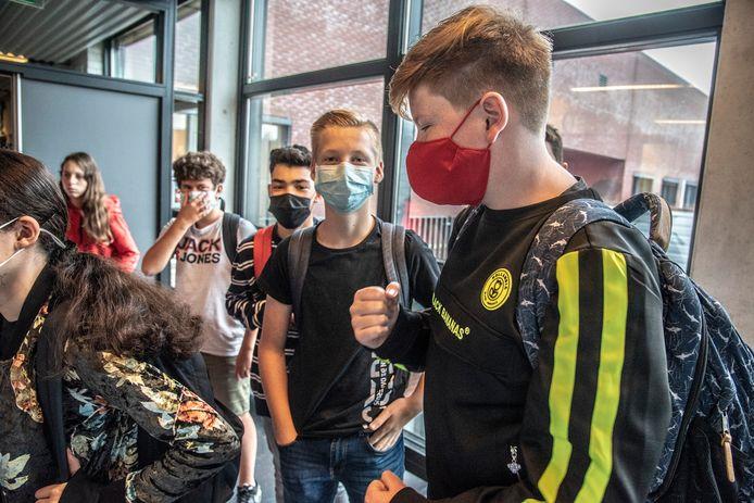 Op het Merlet-College in Grave is een mondkapjesplicht voor leerlingen die veranderen van leslokaal. Ook in de gangen van het schoolgebouw is een mondkapje verplicht.