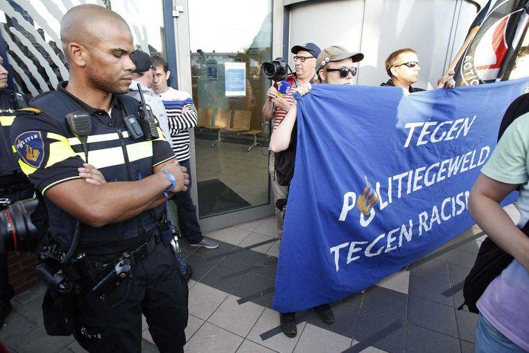 Agenten voor politiebureau Se Heemstraat in de Schilderswijk, waar gisteren werd geprotesteerd tegen racisme. Beeld anp