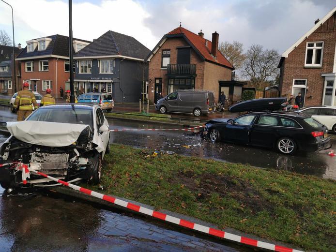 Twee auto's raakten ernstig beschadigd bij een ongeval op de Arnhemseweg in Apeldoorn
