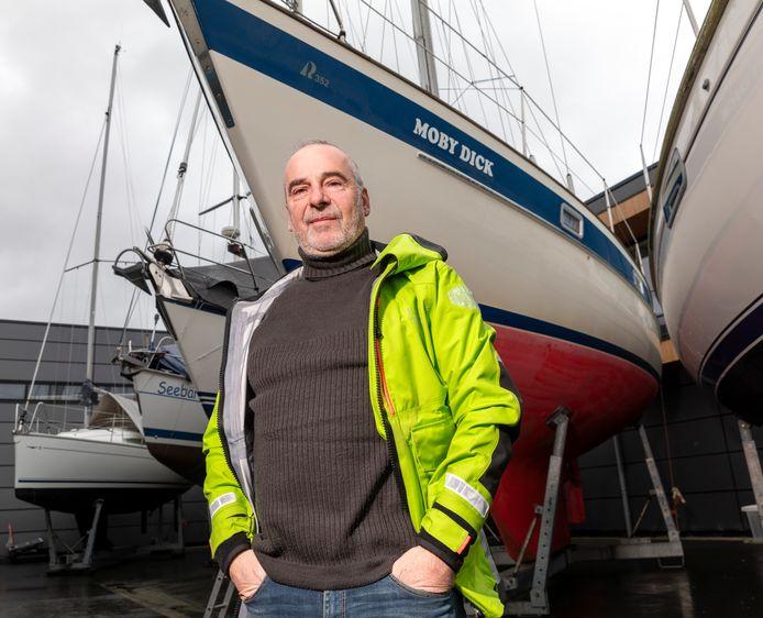 Johan de Meij bij zijn nieuwe zeilboot.