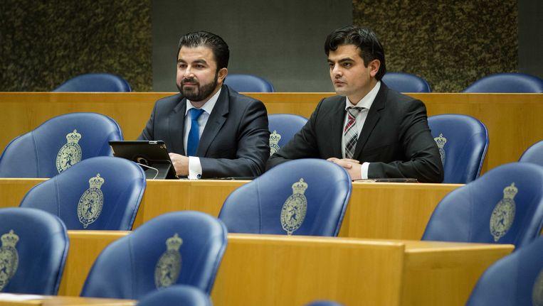 Selcuk Ozturk (L) en Tunahan Kuzu deze week tijdens het vragenuur in de Tweede Kamer. De Kamerleden die vorige week uit de PvdA-fractie werden gezet, blijven in de Tweede Kamer als Groep Kuzu/Ozturk. Beeld ANP
