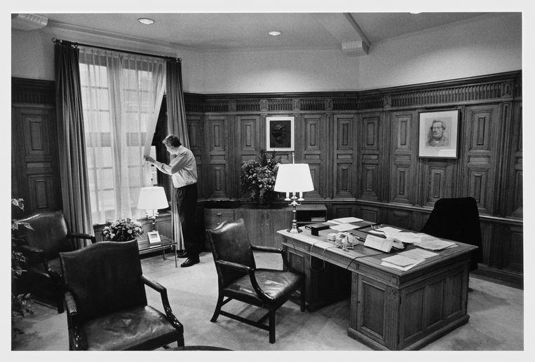 De eerste werkdag van premier Wim Kok in het Torentje, de eerste dag van 8 jaar minister-president met twee paarse kabinetten. Beeld Hollandse Hoogte / Bert Verhoeff