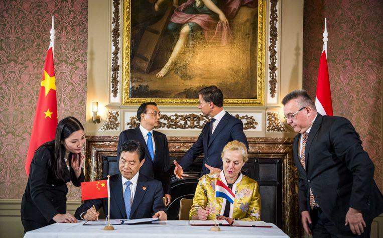 Oktober 2018, premier Mark Rutte  heeft een onderonsje met zijn Chinese ambtsgenoot Li Keqiang, terwijl minister Kaag een handelsakkoord ondertekent.  Beeld ANP