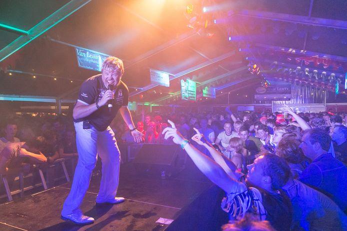 René Karst staat vrijdagavond in de feesttent van Bosschenhoofd waar iedereen 'Atje voor de sfeer' mee zal brullen.
