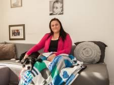 Petra maakt dekentje van kleding overleden Tim (12): 'Houdt hem dichtbij me'