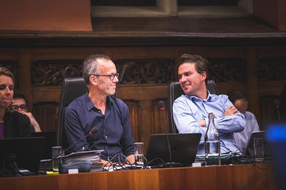 Schepen Filip Watteeuw (Groen) en burgemeester Mathias De Clercq (Open Vld), die merkte dat zijn meerderheid worstelde met eenvoudige vragen.
