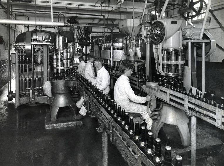 In de jaren dertig werd de bierfles met kroonkurk populair. Brouwerij De Gekroonde Valk speelde daarmee in op het thuisgebruik Beeld -
