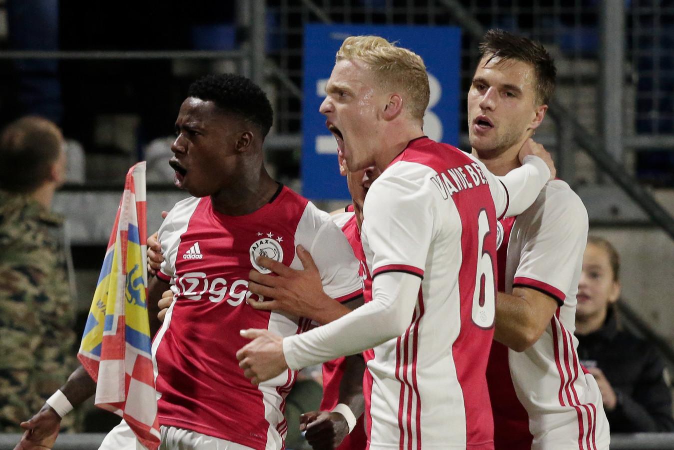 Quincy Promes (links) voorkwam met een prachtige treffer puntenverlies van Ajax in Waalwijk.