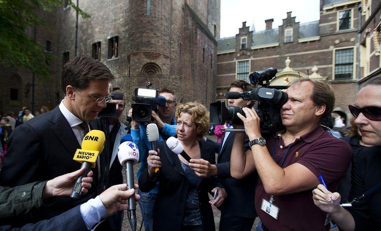 Premier Mark Rutte staat op het Binnenhof, voorafgaand aan de ministerraad, de pers te woord. Beeld anp