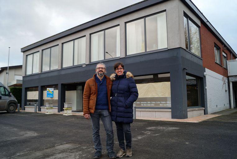 Tonny Hoste en Ilse Rollez voor hun nieuwe thuis in Oostnieuwkerke