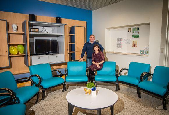 Afdelingshoofd Erwin Reyskens en psycholoog Sarah Vanderstraeten in één van de leefruimtes van het centrum.