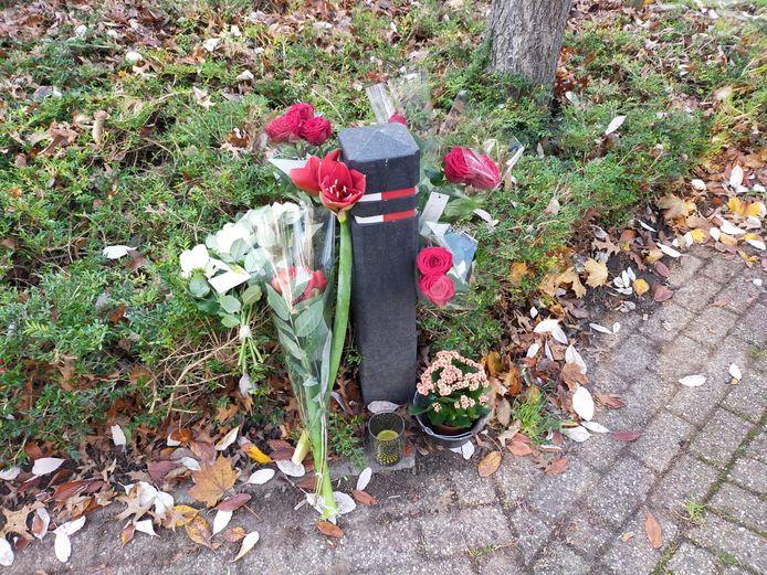 Bloemen op de Ververt in Wijchen ter nagedachtenis aan de 42-jarige man die daar werd doodgereden.