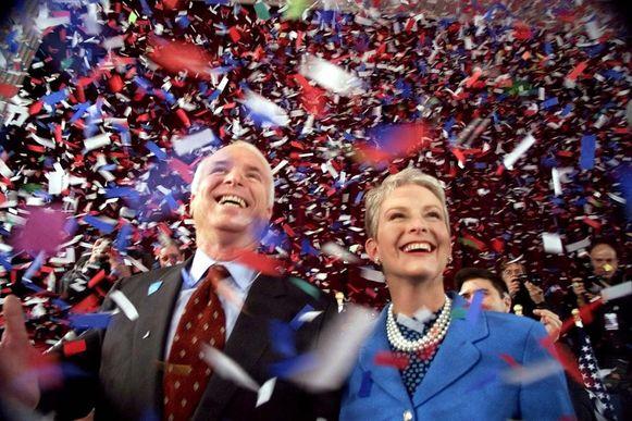 John McCain en zijn vrouw Cindy worden overladen met confetti na zijn speech in het stadhuis van New Hampshire op 30 januari 2000.