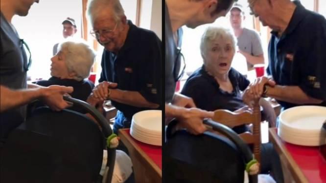 Ontroerende beelden: jongeman verrast zijn grootouders met... een baby