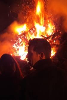 Primeur in Westerbeek: brandweer moet paasvuur flink handje helpen